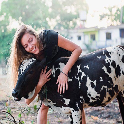 Mujer con vaca